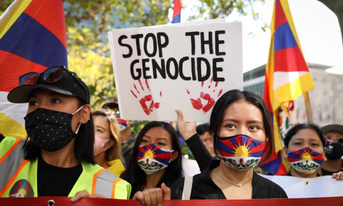 10月1日、チベットやウイグル、内モンゴル、香港、台湾、亡命した中国活動家らは世界60都市で、中国共産党による人権侵害に抗議する統一行動をとった。写真はニューヨークにある国連本部前で抗議運動を展開する参加者たち(大紀元)
