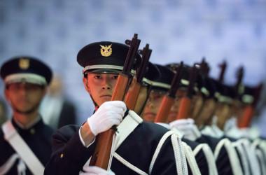 2020年3月、防衛大学校の卒業式が横須賀で行われた。写真は、行進する儀仗隊(GettyImages)