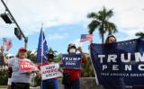 2020年9月25日、フロリダ州ドーラルで、「ラテン系トランプ支持者の円卓会議」の外で行われた集会に参加したドナルド・トランプ大統領の支持者 (Marco Bello/AFP via Getty Images)