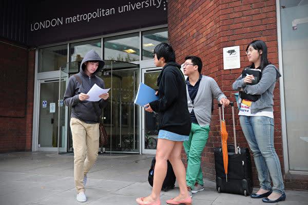 英ロンドン・メトロポリタン大学の前にいる学生ら(CARL COURT/AFP)