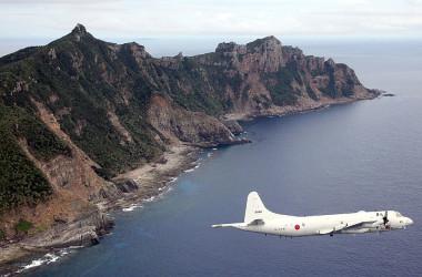 政府は中国が「尖閣諸島の領有権主張」をする目的のオンライン博物館開設について、外交ルートを通じて抗議した。2013年、同島周辺を偵察する自衛隊機(GettyImages)