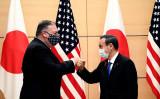10月6日、来日した米ポンペオ国務長官と挨拶を交わす菅義偉首相(GettyImages)