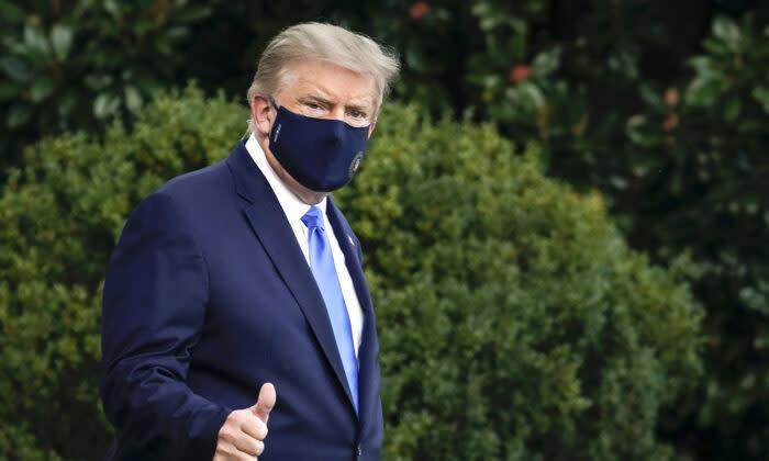 2020年10月2日、ホワイトハウスのサウスローンで、ウォルター・リード国立軍事医療センターへ出発するドナルド・トランプ大統領 (Drew Angerer/Getty Images)