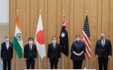 都内で日米豪印による4カ国閣僚会合に参加する(右から)マイク・ポンぺオ米国務長官、マリス・ペイン豪外相、菅義偉首相、茂木敏充外相、スブラマニヤム・ジャイシャンカル印外相、2020年10月6日撮影(Getty Images)
