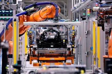 欧州連合(EU)は、外国投資審査制度「FDI」を全面施行した。中国企業に買収されたロボット技術大手KUKAの機器は、ドイツ車フォルクスワーゲンの車の組み立て作業を行う(GettyImages)