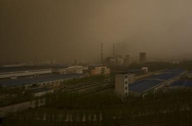 写真は、強風と砂ぼこりの天気の済南市(中国山東省)