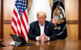 写真は、2020年10月4日、メリーランド州ベセスダにあるウォルターリード国立軍事医療センターの会議室にいるトランプ米大統領(Tia Dufour/White House)