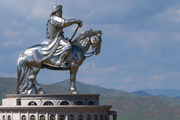 写真は、モンゴル国のウランバートルにある世界一高い騎馬像である「チンギス・ハーン騎馬像」(JOEL SAGET/AFP via Getty Images)