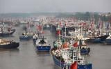 2017年に中国江蘇省東部の連雲港港口から出航した漁船(STR/AFP via Getty Images)