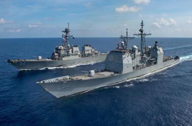2020年4月18日、米海軍のバンカー・ヒル(USS Bunker Hill, CG-52)ミサイル巡洋艦(前)とバリー(USS Barry, DDG-52)ミサイル駆逐艦は南シナ海を通過した(US Navy Photo)