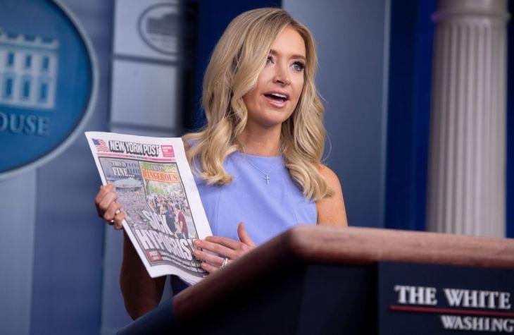 米バイデン大統領候補の息子に関する記事をめぐり、ホワイトハウス報道官ケイリー・マクナニー氏のツイートも制限された。写真は2020年6月、ニューヨーク・ポスト紙を掲げるマクナニー氏(GettyImages)