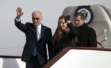 2013年12月4日、北京に到着したエアーフォース2から手を振りながら降り立つジョー・バイデン副大統領、孫娘のフィネガン・バイデン(中)と息子のハンター・バイデン(右) (Ng Han Guan/AFP via Getty Images)