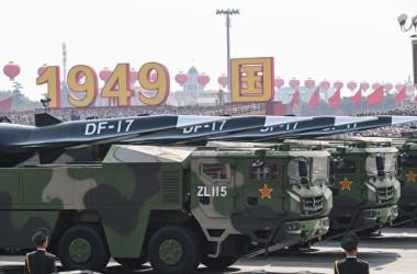 中国軍の極超音速滑空ミサイルの東風17( GREG BAKER/AFP via Getty Images)
