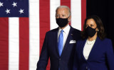 デラウェア州ウィルミントンの演説会場に登壇した米民主党大統領候補のジョー・バイデン前副大統領(左)と副大統領候補のカマラ・ハリス上院議員=2020年8月12日(Olivier Douliery/AFP via Getty Images)