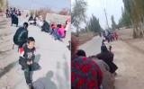 中国新疆ウイグル自治区カシュガル地区の住民がPCR検査の順番を待つ様子(スクリーンショット)