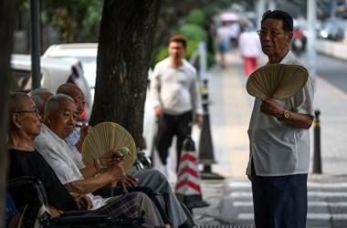 中国民間シンクタンク「恒大研究院」は調査報告書で2021~25年まで、中国の60歳以上の高齢者が3億人を上回ると指摘した(FRED DUFOUR/AFP/Getty Images)