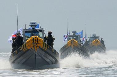 2016年、中国漁船をEEZから追い出す韓国軍のボート(GettyImages)