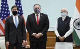 インドのモディ首相(右)、ポンペオ米国務長官(中央)、エスパー米国防長官(左)が10月27日に撮影した集合写真(PIB/AFP)