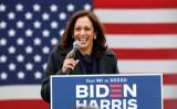 2020年10月25日、ミシガン州デトロイトのIBEW Local 58の選挙活動で演説する、民主党副大統領候補のカマラ・ハリス上院議員(カリフォルニア州選出、民主党)(Jeff Kowalsky/AFP via Getty Images)
