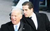 2009年1月20日、ワシントンのホワイトハウスの前でバラク・オバマ大統領の就任パレードを観賞する、当時副大統領だったジョー・バイデン氏と息子のハンター・バイデン氏(Alex Wong/Getty Images)