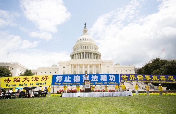 在米法輪功学習者は首都ワシントンで、20年前に中国当局が始めた弾圧の停止を呼びかける集会を行った=2019年7月18日(Li Sha/The Epoch Times)