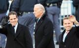 2009年1月20日、ワシントンDCでのオバマ前米大統領の就任式パレード中に撮られた、当時の米副大統領ジョー・バイデン氏(中)とその息子のハンター・バイデン氏(左)とボー・バイデン氏(右)(David McNew/Getty Images)