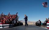2020年10月28日、アリゾナ州ブルヘッドシティでの選挙集会に出席するため、ラフリン-ブルヘッド国際空港に到着したトランプ米大統領(BRENDAN SMIALOWSKI/AFP via Getty Images)
