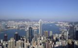 香港ビクトリア・ピークから一望するビクトリア・ハーバー(PETER PARKS/AFP/Getty Images)