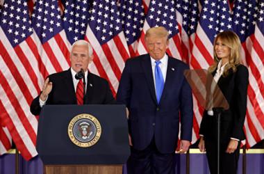2020年11月4日午前2時半ごろ、ホワイトハウスでスピーチを行ったトランプ大統領とメラニア夫人、ペンス副大統領(Chip Somodevilla/Getty Images)