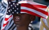 米トランプ大統領は愛国的な教育を推進する行政命令に署名した。写真は2005年、米軍のパレードに参加する子供(Stephen Morton/Getty Images)