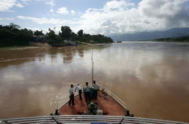 ラオス当局、中国人200人の入国拒否した。検疫の書類を所持していなかったという。写真は中国とラオスの国境を流れるメコン川(FREDERIC J. BROWN/AFP via Getty Images)