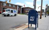2020年8月17日、ニュージャージー州モリスタウンの郵便ポストを通り過ぎる車(Theo Wargo/Getty Images)