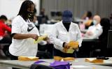 2020年11月4日、米ミシガン州デトロイトでは、選挙スタッフはTCFセンターを使用して、集計作業を行っている(JEFF KOWALSKY/AFP via Getty Images)