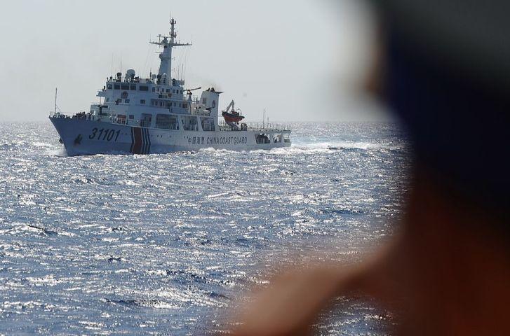 中国共産党は、中国海警の武器使用や防衛作戦参加を明文化する。写真は2014年、ベトナム海上保安局が中国海警と対峙する様子( HOANG DINH NAM/AFP via Getty Images)