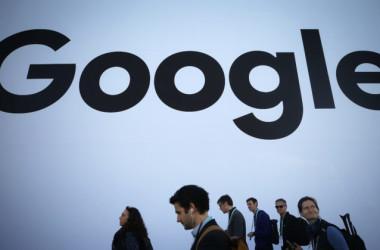 2020年1月8日、ラスベガス・コンベンションセンターで開催されたCES2020で、グーグルのパビリオンを通り過ぎる人たち(Mario Tama/Getty Images)
