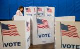 2020年米大統領選の決着がもつれている。写真は同年3月、米バージニア州で民主党大統領候補を決める予備選挙で投票する女性。参考写真(Samuel Corum/Getty Images)