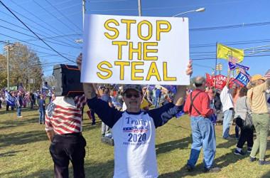 2020年11月7日、米ニュージャージー州で有権者らは投票不正に抗議した(施萍/大紀元)