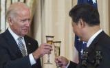 ワシントンの国務省でジョン・ケリー米国務長官(当時)が主催した歓迎昼食会で、ジョー・バイデン米副大統領(当時)と中国の習近平国家主席が乾杯のグラスを交わした=2015年9月25日(Paul J. Richards/AFP via Getty Images)