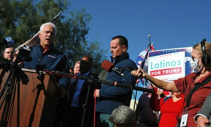 マット・シュラップ米国保守同盟会長(左)とリック・グレネル元国家情報長官(中央)は11月5日、ネバダ州北ラスベガスで記者会見を開き、バイデン陣営の不正について述べた(RONDA CHURCHILL/AFP via Getty Images)