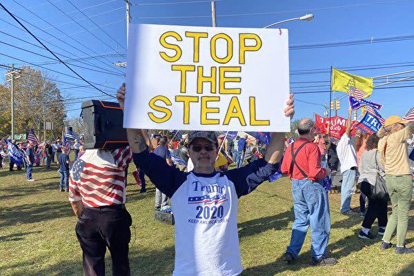 2020年11月7日、米ニュージャージー州で有権者らは、「盗みをやめて」と書かれたプラカードを掲げて不正投票を抗議した(施萍/大紀元)