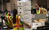 2020年11月4日、米ペンシルベニア州フィラデルフィア市で集計作業を行う選挙スタッフら(Spencer Platt/Getty Images)