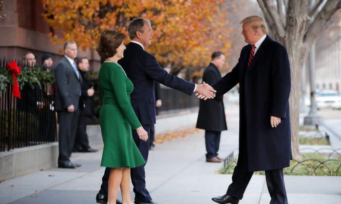 ワシントンのブレアハウス前で、あいさつを交わすジョージ・ブッシュ元大統領とトランプ大統領、2018年12月撮影(Chip Somodevilla/Getty Images)