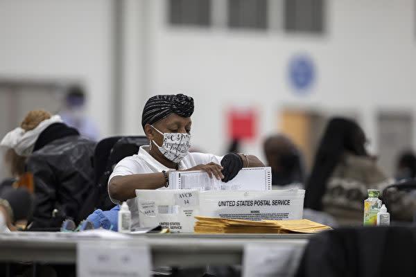2020年11月4日、ミシガン州デロイト市TCFセンターで集計作業を行う選挙スタッフ(Elaine Cromie/Getty Images)