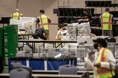 2020年11月6日、米ペンシルベニア州フィラデルフィア市で集計作業を続けている選挙スタッフら(Chris McGrath/Getty Images)