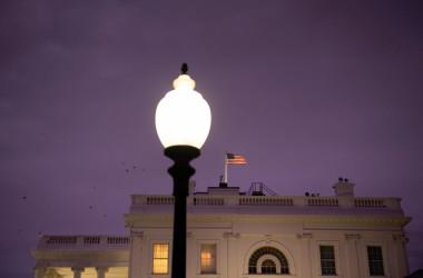 11月10日、星条旗のはためくホワイトハウス(BRENDAN SMIALOWSKI/AFP via Getty Images)