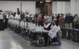 2020年11月4日、ミシガン州デトロイトのTCFセンターで、不在者投票の集計を行うデトロイト選挙管理局の職員(Elaine Cromie/Getty Images)