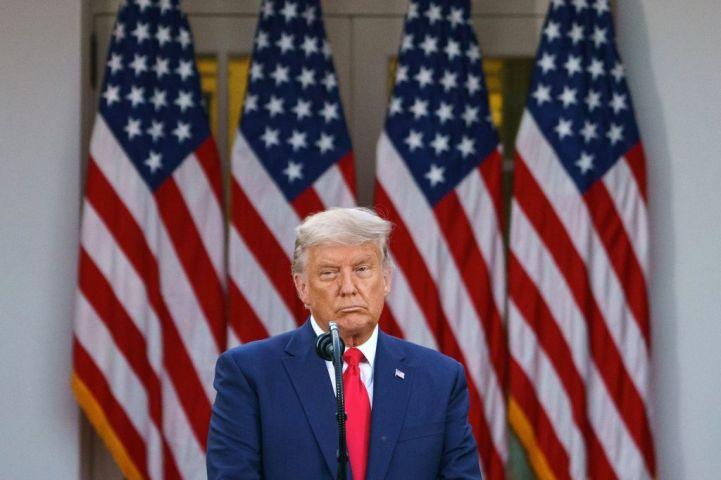 11月13日、ホワイトハウス前で記者会見を行うトランプ米大統領(MANDEL NGAN/AFP via Getty Images)