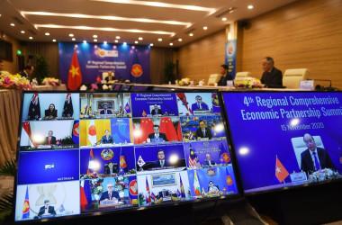 東アジア包括的経済連携協定(RCEP)サミットのホスト国であるベトナム・ホーチミンで11月15日撮影。各国首脳や経済担当は映像で参加している(NHAC NGUYEN/AFP via Getty Images)