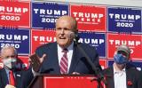 2020年11月7日、ペンシルベニア州フィラデルフィアで、投票不正について記者会見に臨んだルディ・ジュリアーニ氏(BRYAN R. SMITH/AFP via Getty Images)