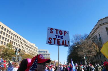 2020年11月14日、首都ワシントンDCにトランプ支持者が集まり、大統領選の結果への抗議集会を行った。「STOP the STEAL」(政権を盗むのをやめろ)と書かれたプラカードを持った支持者ら(李辰/大紀元)
